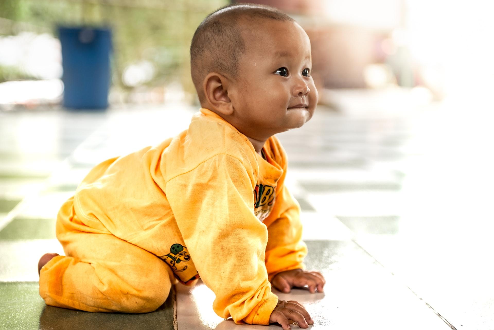 a baby crawling when do babies leran how to crawl